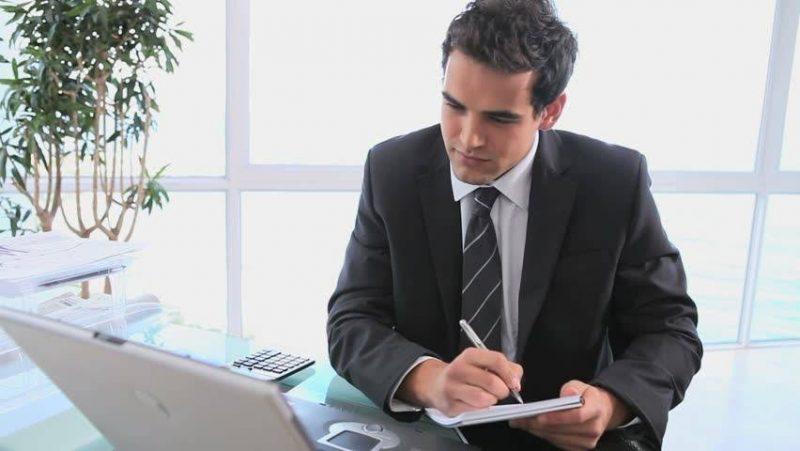 Клиент читает коммереское предложение