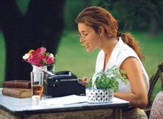 Девушка печатает