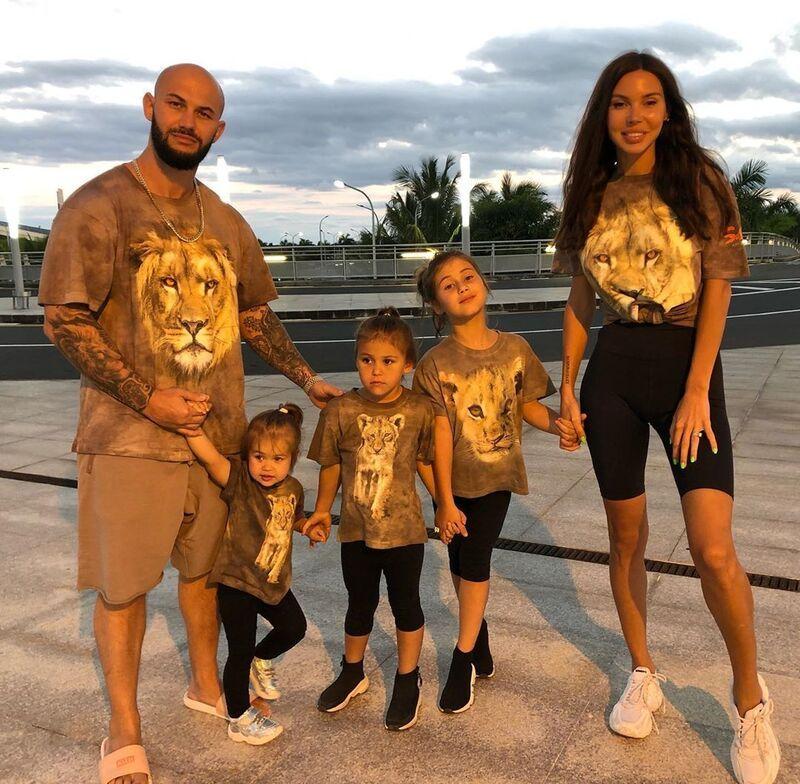 Джиган с детьми и с женой