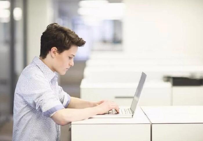 Мальчик с ноутбуком