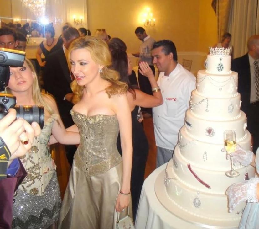 Девора Роуз и Бадди Валастро на фоне торта «Гала»