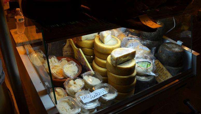 Прилавок с сыром на рынке в Сардинии