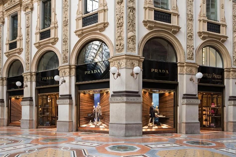 Фирменный бутик Prada